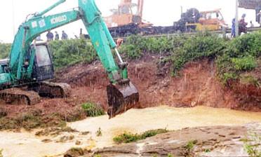 Đường ống nước Sông Đà lại bị vỡ - ảnh 1