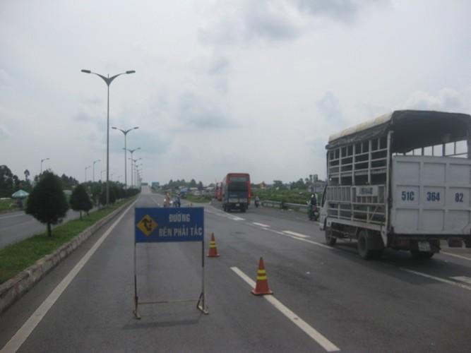 Ách tắc giao thông vì xe chở bồn oxy 'phi' qua dải phân cách  - ảnh 3
