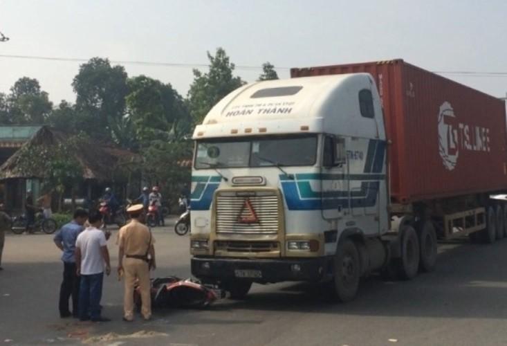 Hai vợ chồng bị kéo lê dưới gầm container, một người tử vong - ảnh 1