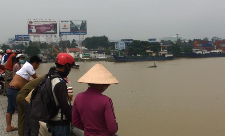Bất lực nhìn một phụ nữ nhảy xuống sông tự vẫn - ảnh 1