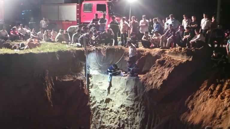 Hàng trăm chiến sĩ cứu hộ giải cứu bé gái lọt xuống giếng sâu  - ảnh 2
