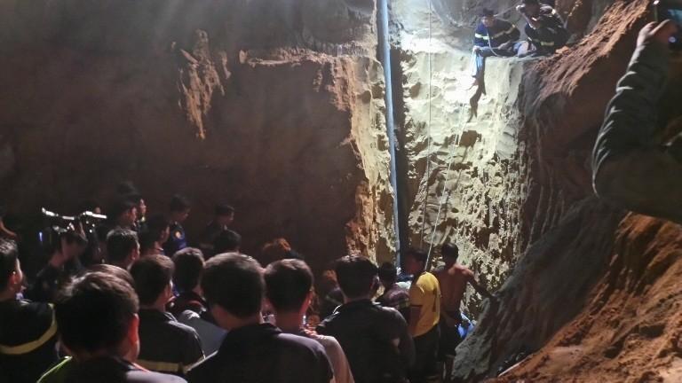Hàng trăm chiến sĩ cứu hộ giải cứu bé gái lọt xuống giếng sâu  - ảnh 4