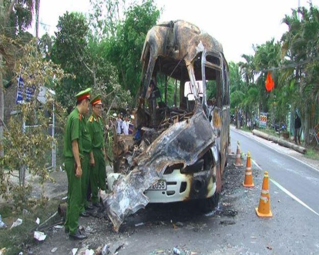 Xe khách cháy rụi vì tai nạn giao thông nghiêm trọng, 1 người chết - ảnh 1