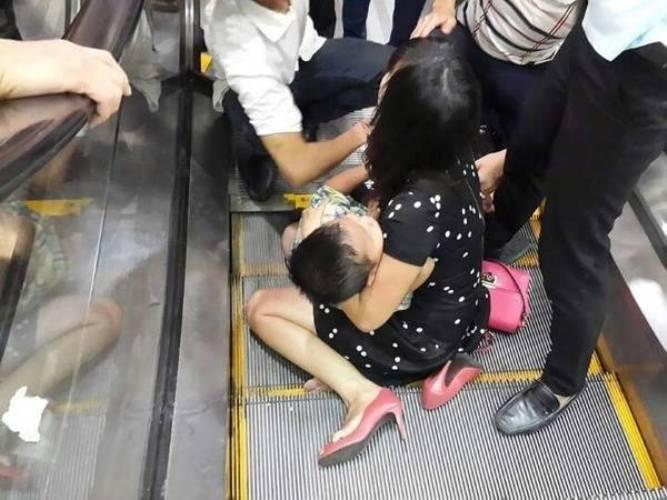 Hà Nội: Bé trai 3 tuổi bị kẹt chân ở thang cuốn  - ảnh 1