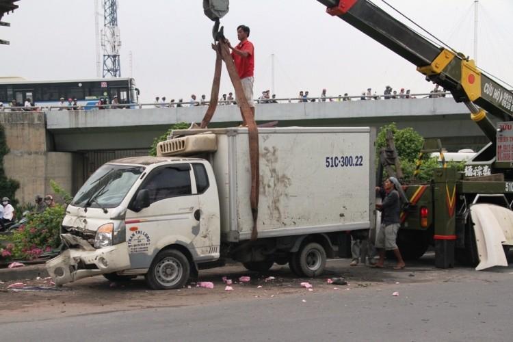 Xe tải lật nhào với tốc độ cao, 3 người thoát chết ngoạn mục  - ảnh 2