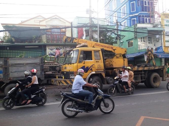 Xe tải lật nhào với tốc độ cao, 3 người thoát chết ngoạn mục  - ảnh 4