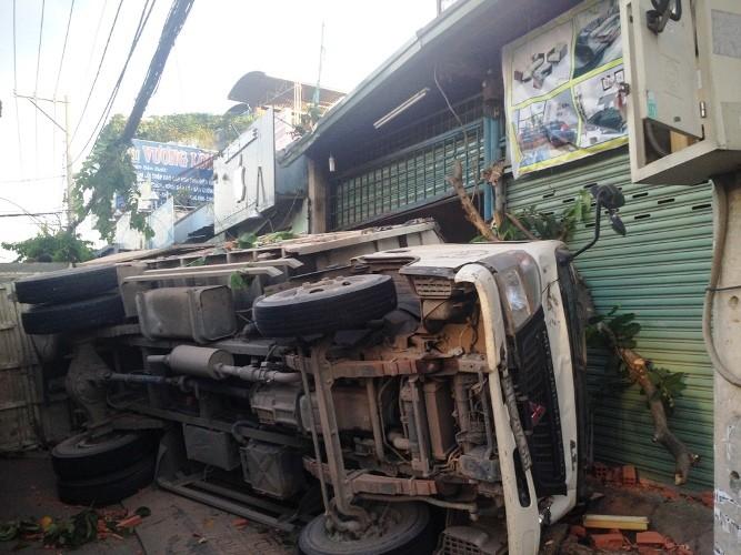 Xe tải lật nhào với tốc độ cao, 3 người thoát chết ngoạn mục  - ảnh 3