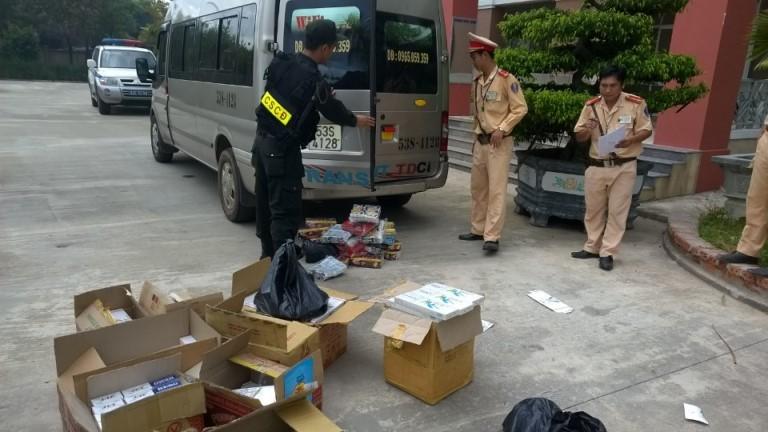Bắt xe khách vận chuyển lậu hơn 1.600 gói thuốc lá ngoại  - ảnh 1