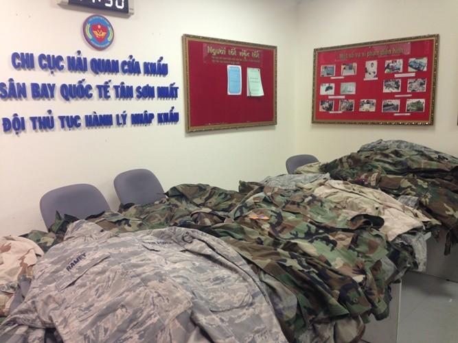 Bắt giữ lô hàng quân phục Mỹ vận chuyển trái phép tại sân bay - ảnh 1