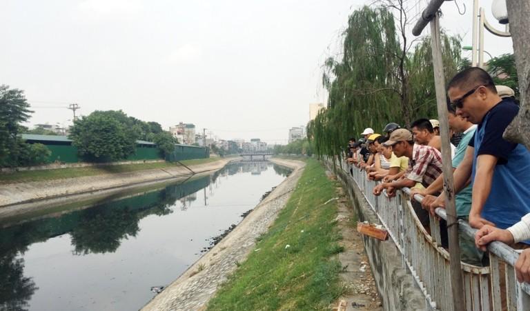 Hàng trăm người kéo xem xác chết trên sông Tô Lịch - ảnh 1
