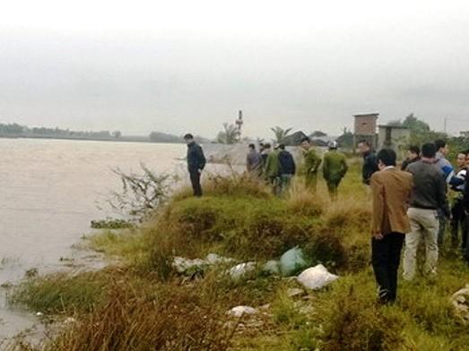 Lực lượng chức năng tổ chức tìm kiếm thi thể nạn nhân - Ảnh: Trọng Đức