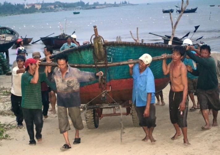 Nhiều tàu thuyền gặp nạn do ảnh hưởng bão số 3 - ảnh 1