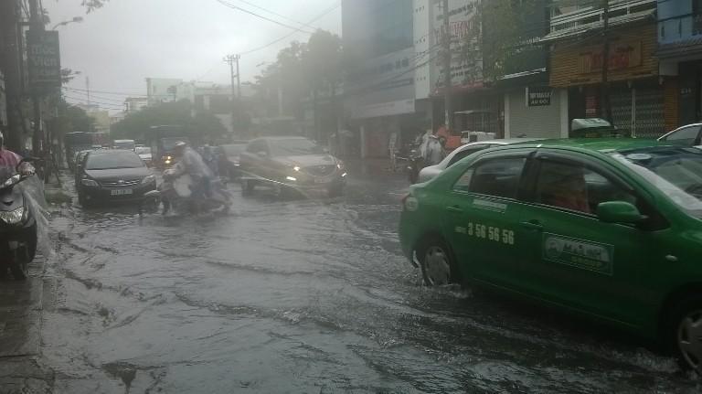 Đà Nẵng: Mưa lớn, nhiều tuyến đường 'biến thành sông' - ảnh 5