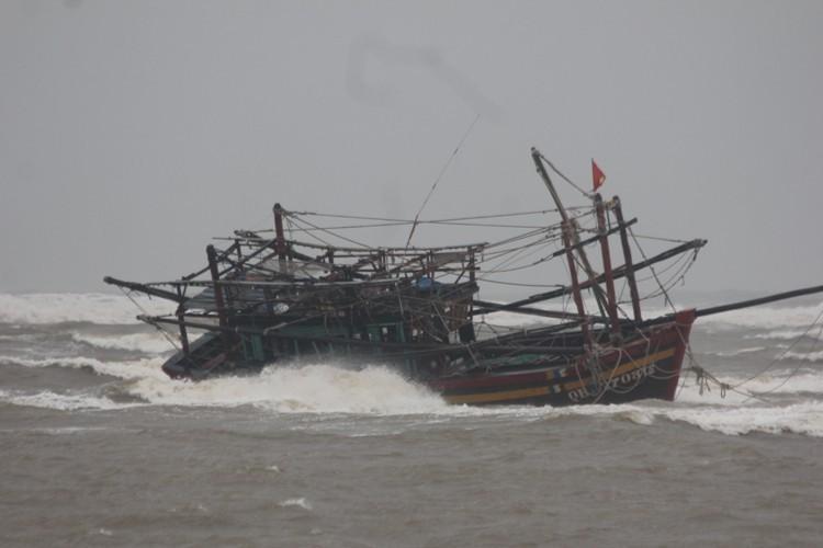 Trú ẩn bão, tàu cá bị mắc cạn phải… tháo từng bộ phận mang vào - ảnh 1