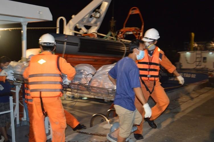 Đưa thi thể 3 ngư dân cuối cùng trong vụ nổ tàu cá về bờ - ảnh 3