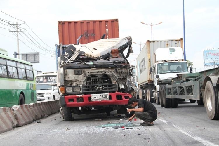 Xe container gây tai nạn liên hoàn trên xa lộ Hà Nội - ảnh 3