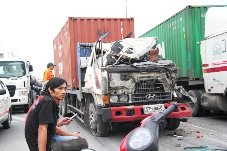Xe container gây tai nạn liên hoàn trên xa lộ Hà Nội - ảnh 1