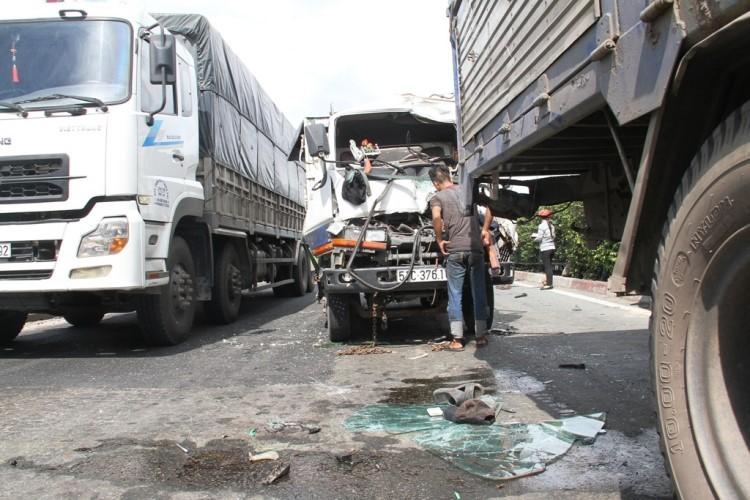 Hai vụ tai nạn ô tô tông liên hoàn khi chờ đèn đỏ - ảnh 1