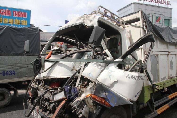 Hai vụ tai nạn ô tô tông liên hoàn khi chờ đèn đỏ - ảnh 2