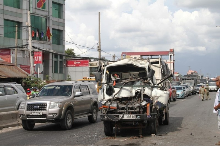Hai vụ tai nạn ô tô tông liên hoàn khi chờ đèn đỏ - ảnh 3