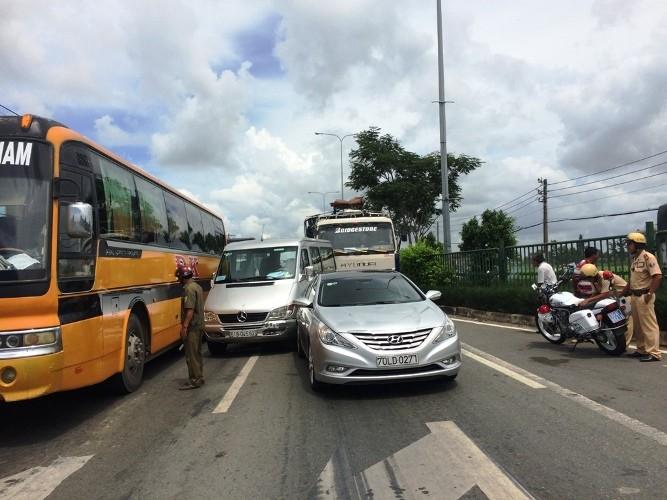 Hai vụ tai nạn ô tô tông liên hoàn khi chờ đèn đỏ - ảnh 5