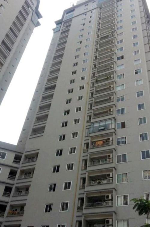 Giải cứu thanh niên ngồi vắt vẻo trên cửa sổ tầng... 21 chung cư - ảnh 1