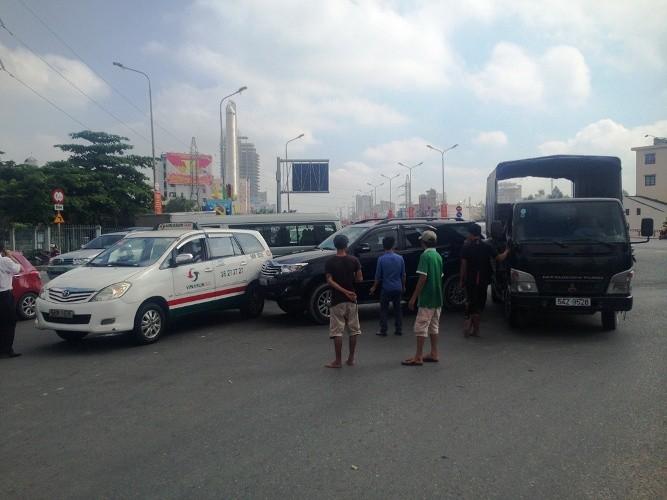 Tai nạn dính chùm ba xe ô tô tại trung tâm Sài Gòn - ảnh 1