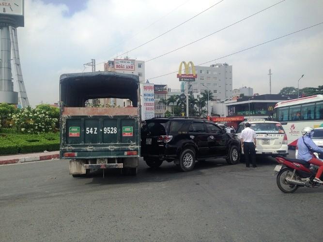 Tai nạn dính chùm ba xe ô tô tại trung tâm Sài Gòn - ảnh 3