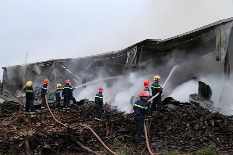 Huy động hàng trăm cảnh sát chữa cháy kho chứa gỗ dăm - ảnh 1