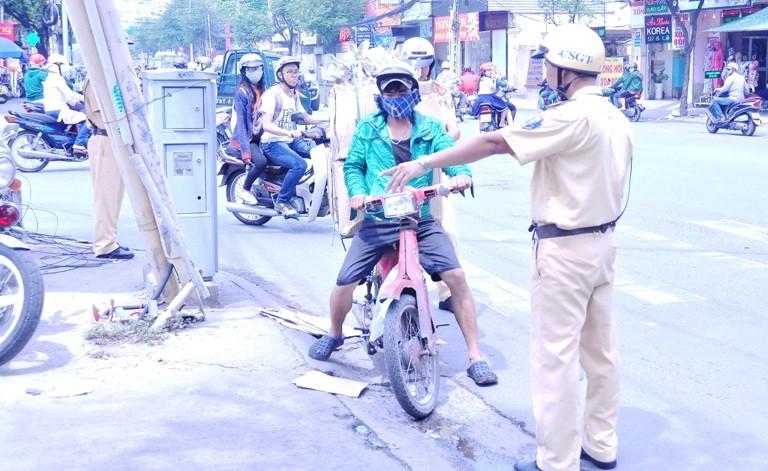 Chùm ảnh: TP.HCM đồng loạt ra quân gom xe 'mù' trên đường phố - ảnh 1