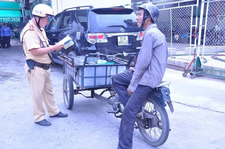 Chùm ảnh: TP.HCM đồng loạt ra quân gom xe 'mù' trên đường phố - ảnh 7