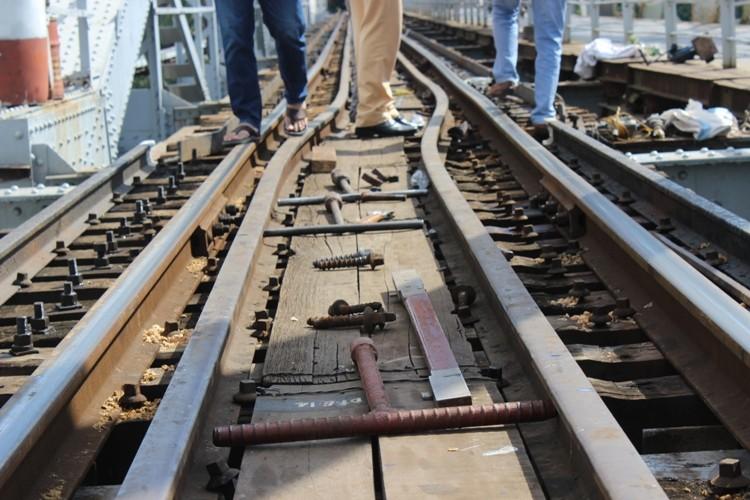 Sà lan đâm cầu Bình Lợi, đường sắt Bắc - Nam tê liệt - ảnh 2