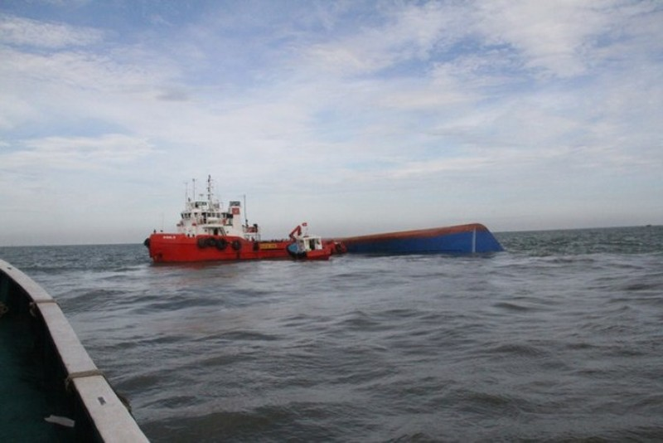 Chìm tàu Hoàng Phúc 18: Sóng lớn, công việc cứu hộ gặp khó khăn - ảnh 2