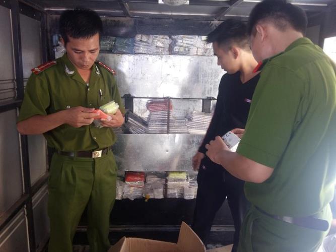 Truy đuổi xe buôn lậu hàng ngàn điện thoại xịn qua… 5 tỉnh - ảnh 1