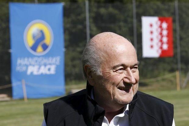 'Bố con' Blatter và Platini thất bại trong việc kiện FIFA - ảnh 1