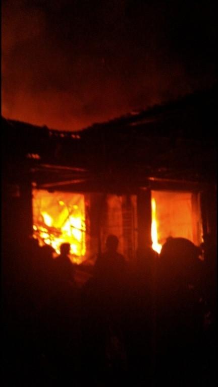 Cháy chợ giữa khuya, gần 20 sạp hàng bị thiêu rụi - ảnh 2