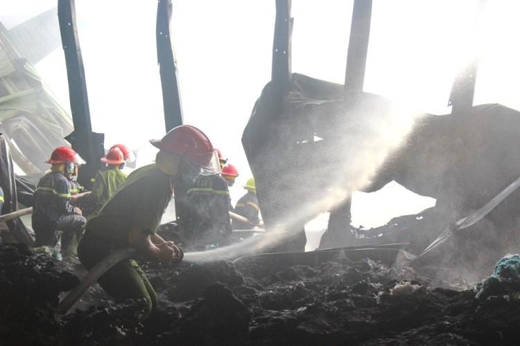 Gần 100 chiến sĩ PCCC cứu hỏa nhà máy xử lý rác  - ảnh 1