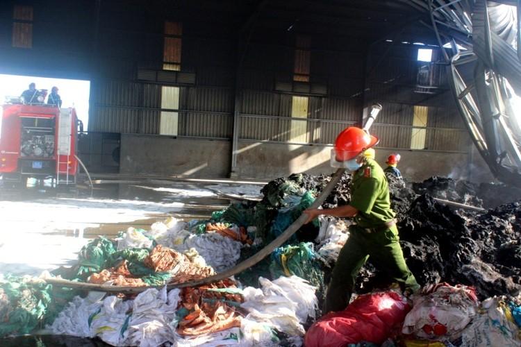 Gần 100 chiến sĩ PCCC cứu hỏa nhà máy xử lý rác  - ảnh 2