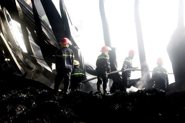 Gần 100 chiến sĩ PCCC cứu hỏa nhà máy xử lý rác  - ảnh 3