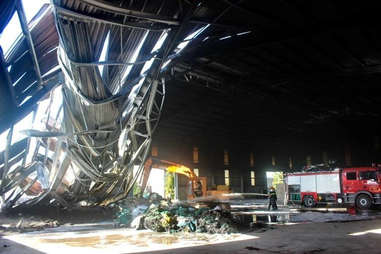 Gần 100 chiến sĩ PCCC cứu hỏa nhà máy xử lý rác  - ảnh 6