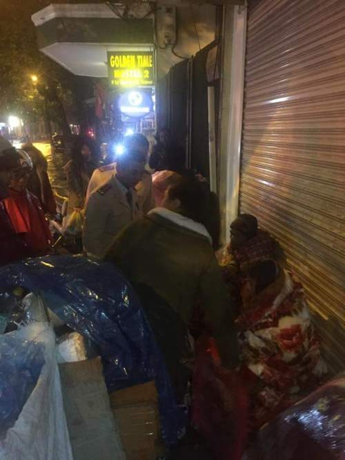 Cảnh sát giao thông tặng chăn ấm cho dân trong đêm lạnh - ảnh 2