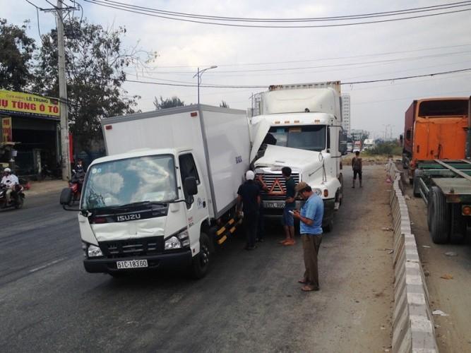 Va chạm liên hoàn, xe container dính chặt đuôi xe tải - ảnh 1