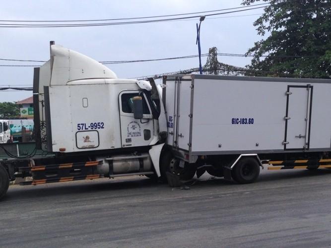 Va chạm liên hoàn, xe container dính chặt đuôi xe tải - ảnh 2