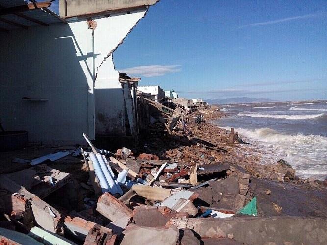 Sóng lớn giật sập 53 căn nhà, hàng chục gia đình trắng tay cận tết - ảnh 1