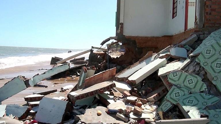 Sóng lớn giật sập 53 căn nhà, hàng chục gia đình trắng tay cận tết - ảnh 2