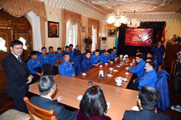 Tuyển Futsal thăm Đại Sứ quán Việt Nam tại Tashkent - ảnh 4