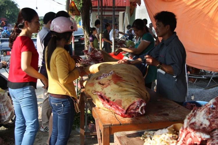 Hàng trăm con bê bị giết thịt tại chợ 'bán rủi cầu may' - ảnh 11