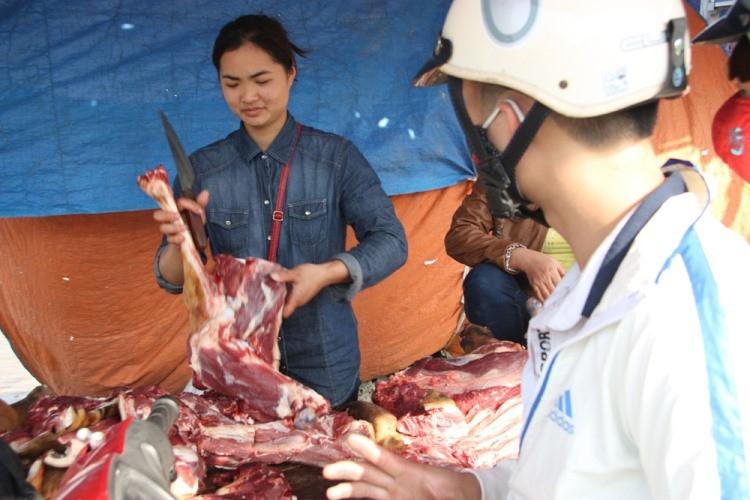 Hàng trăm con bê bị giết thịt tại chợ 'bán rủi cầu may' - ảnh 8