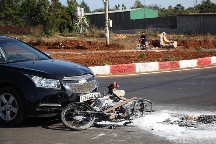 Va chạm với ô tô, cả người và xe máy cùng bị bốc cháy - ảnh 1