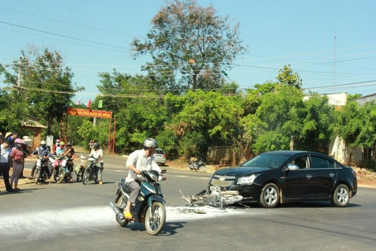 Va chạm với ô tô, cả người và xe máy cùng bị bốc cháy - ảnh 5